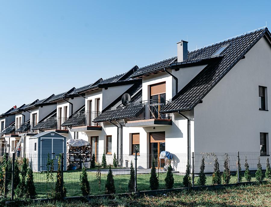 piętrowe domy w zabudowie szeregowej wykonane z prefabrykatów keramzytowych