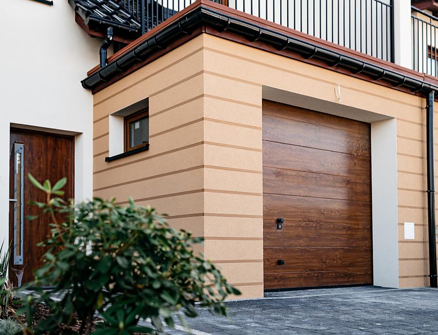 drzwi garażowe w domu z prefabrykatów keramzytowych