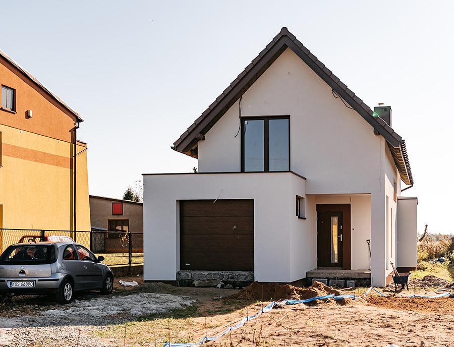 nowo wybudowany dom z keramzytu z garażem