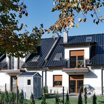 piętrowy dom z keramzytu w zabudowie szeregowej z ogrodem